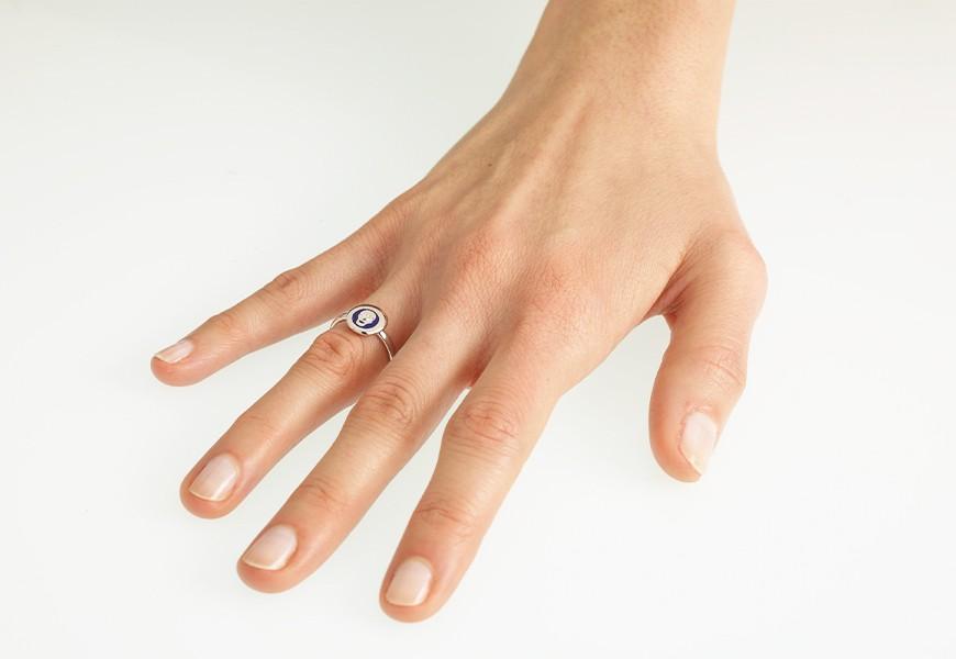 Anello con teschio e diamanti