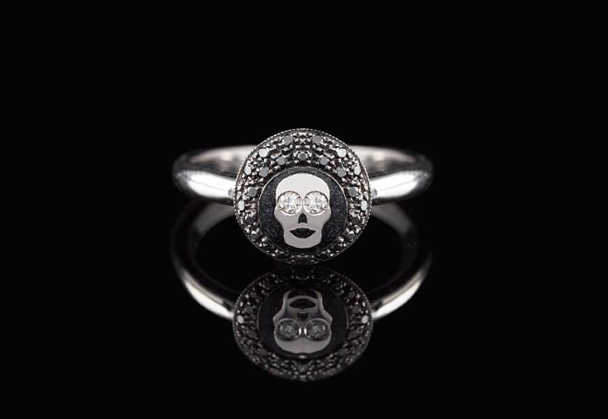 Anello con teschio e diamanti neri
