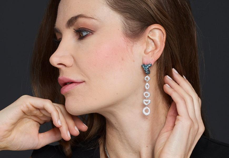 Orecchini con diamanti blu e brillanti
