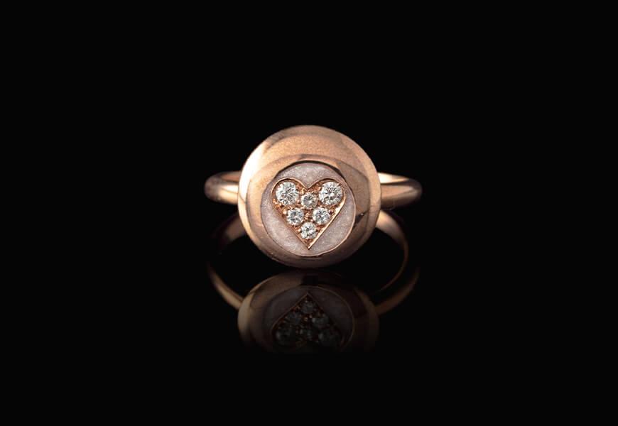 Anello in oro rosa con cuore e diamanti
