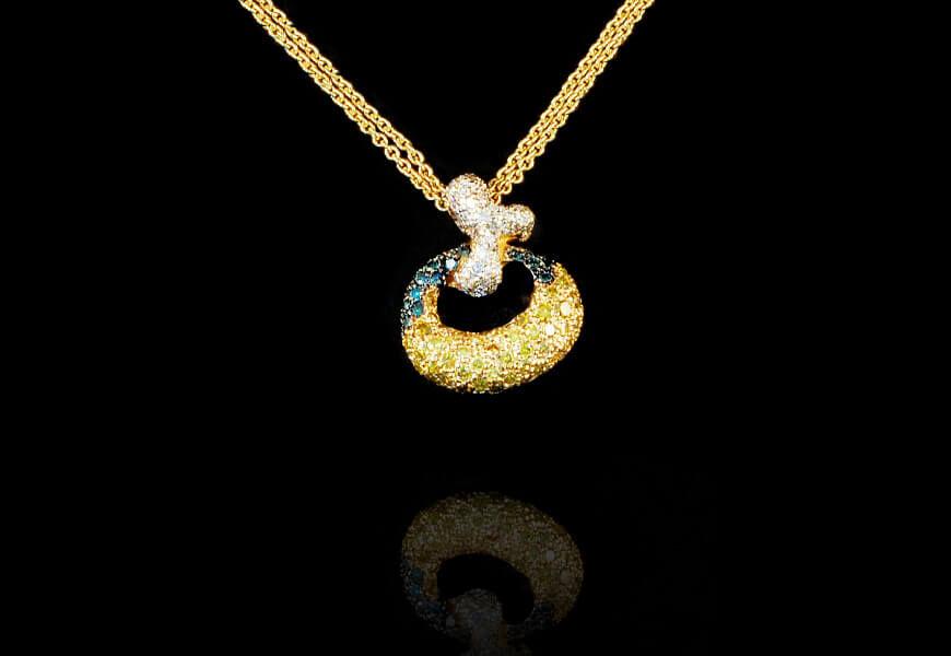 Ciondolo-con-diamanti-blu-e-gialli