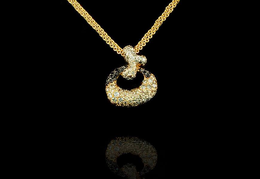 Ciondolo-in-oro-rosa-con-diamanti-neri-e-brillanti